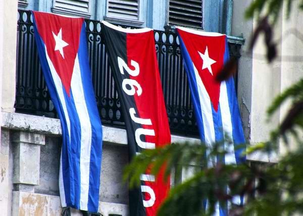 Bandera del 26 de Julio y banderas cubanas en un balcón habanero. Foto Abel Rojas