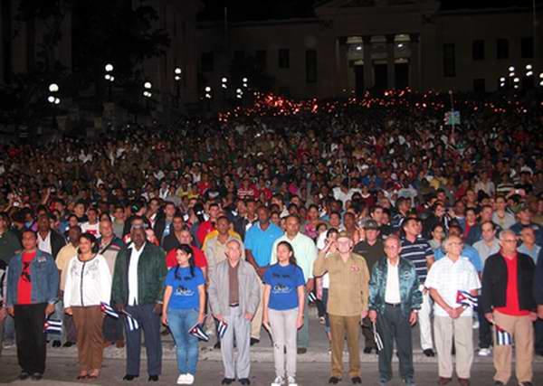 José Ramón Machado Ventura, Primer vicepresidente de los Consejos de Estado y de Ministros de Cuba presidió la tradicional Marcha de las Antorchas en homenaje al Aniversario 160 del natalicio de José Martí. Foto: Abel Rojas.