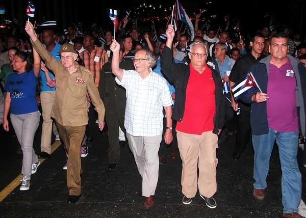 El premio Nobel de la Paz, Adolfo Pérez Esquivel, y participantes a la III Conferencia Internacional por el Equilibrio del Mundo participaron en la tradicional Marcha de las Antorchas. Foto: Abel Rojas.