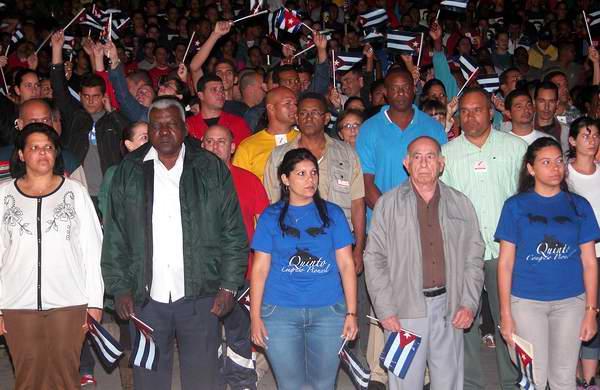 José Ramón Machado Ventura, Primer vicepresidente de los Consejos de Estado y de Ministros de Cuba junto a Esteban Lazo en la tradicional Marcha de las Antorchas. Foto: Abel Rojas.