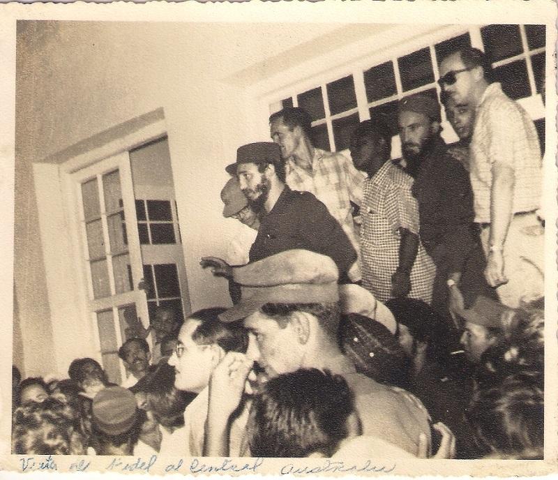 Fidel Castro junto a obreros del C. Australia
