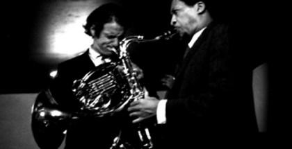 David Amram (izquierda) tocando el corno inglés junto a George Barrow