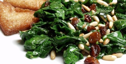 Spinach with refried raisins, pine kernels and croutons