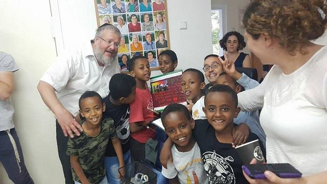 Dar una mano: un futuro mejor para chicos desfavorecidos, con rab Uri Ayalon de Afikím