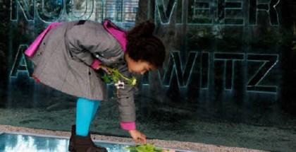 AMSTERDAM - Een meisje legt zondagochtend een paar tulpen bij het Auschwitz-monument in Amsterdam. In het Wertheimpark werd bij het monument de volkerenmoord uit de Tweede Wereldoorlog herdacht. ANP PHOTO ERIK VAN 'T WOUD