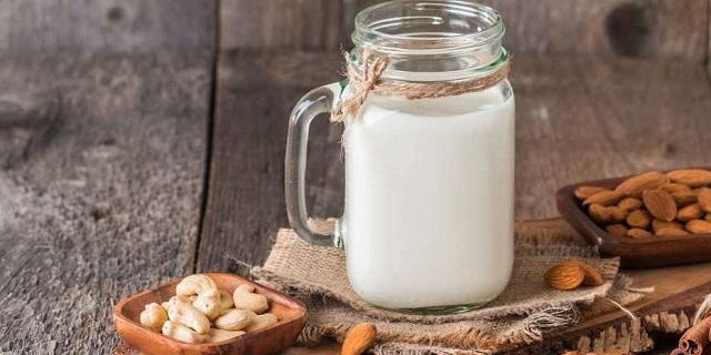 Rompiendo el ayuno de Kipur con leche de frutos secos y un caldito