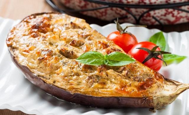Berenjenas rellenas de verduras y buñuelos de ananás