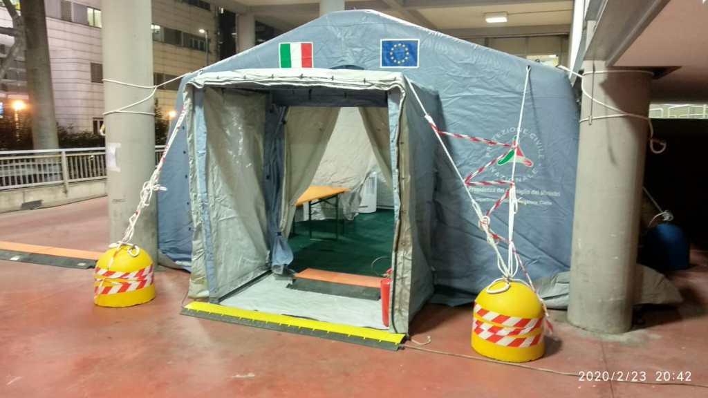 (FOTO 2)  Articolo - Radio soccorso è impegnato nel montaggio delle tende pre-triage al C.T.O. di Torino