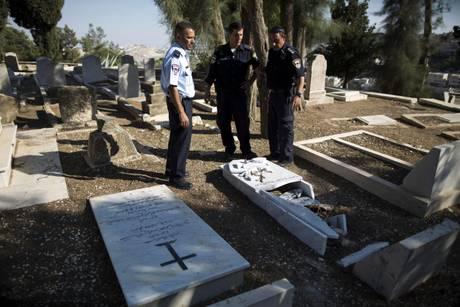 Terra Santa, ebrei distruggono tombe cristiani