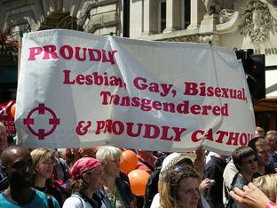 """L'imbarazzante show sinodale della """"coppia cattolica"""" gay-friendly"""