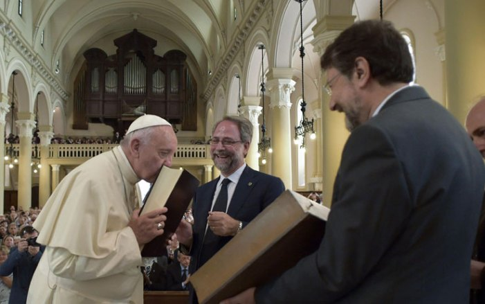 Il valdese incontrato da Bergoglio è amico dei massoni