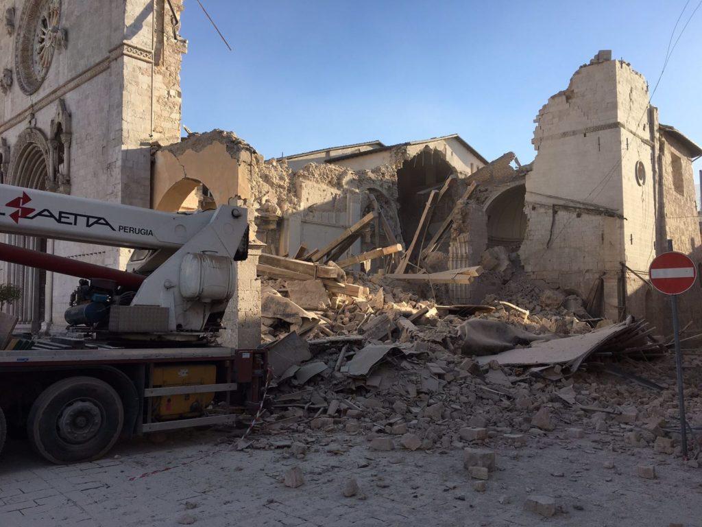 terremoto-norcia-6-5-basilica-san-benedetto-crolli