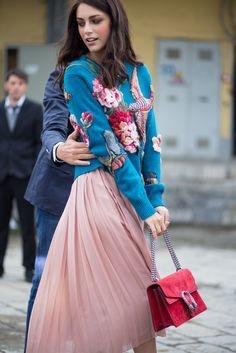 La foto dimostra che una gonna rosa aiuta a trovare uomini premurosi.
