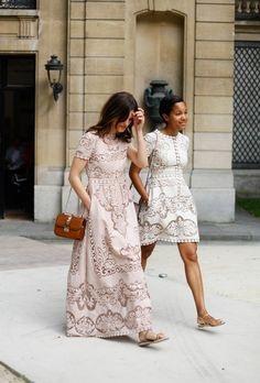 La ragazza a destra ha un vestito troppo corto. Molto meglio quello che indossa la ragazza a sinistra!
