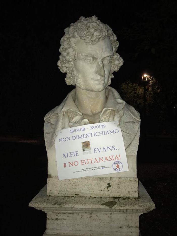 Militia Christi affigge cartelloni in ricordo di Alfie Evans e delle vittime dell'eutanasia sui busti del Pincio