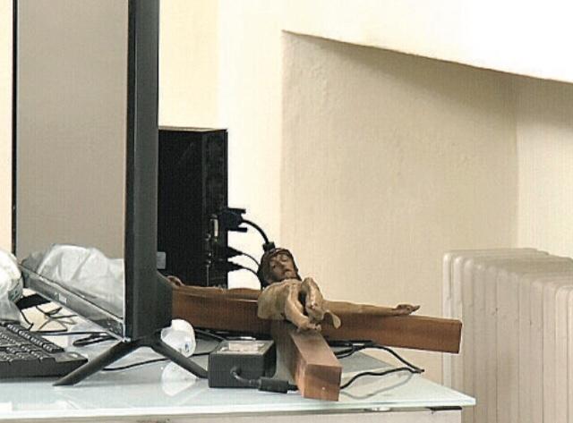 Il Crocifisso dietro il monitor: nuovo dono dell'ecumenulla.