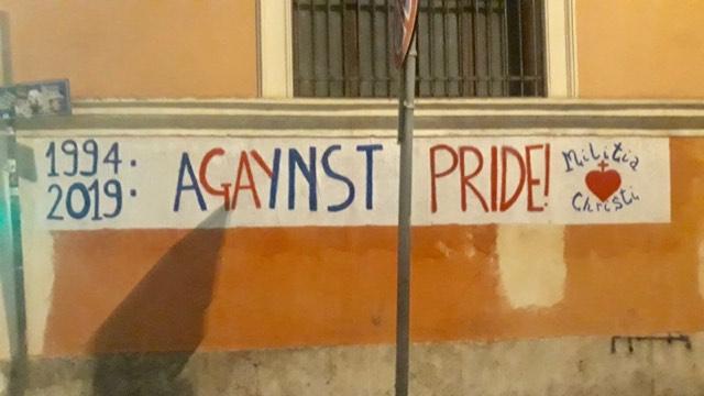 Militia Christi affigge striscione sul percorso del Roma Pride