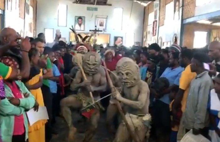 Papua Nuova Guinea. A messa con maschere rituali pagane