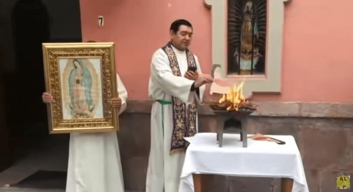 Prete messicano brucia pubblicamente Pachamama