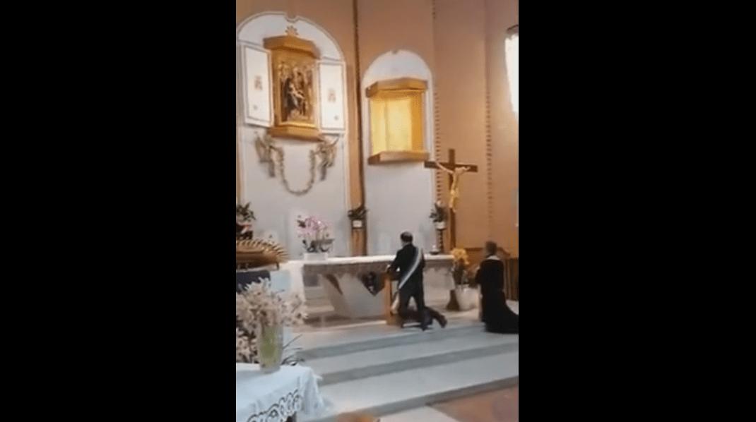 A Nettuno (Roma) il Sindaco si inginocchia con fascia e consacra la città al Cuore Immacolato di Maria