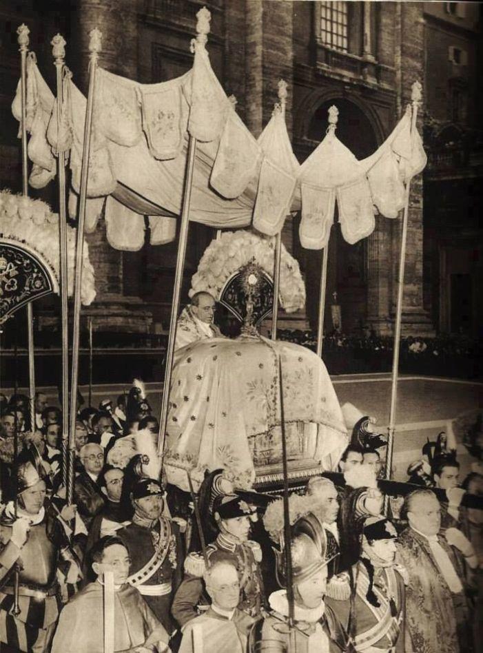 La processione papale del Corpus Domini lungo i secoli