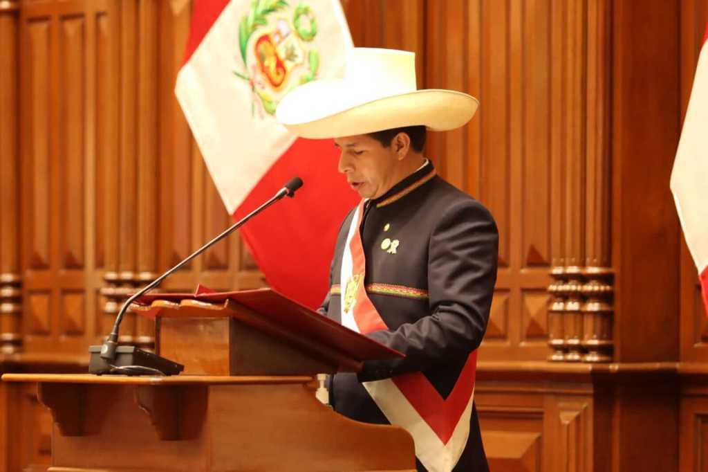 """""""Juro por un país sin corrupción y una nueva Constitución"""": Pedro Castillo asume la presidencia de Perú."""
