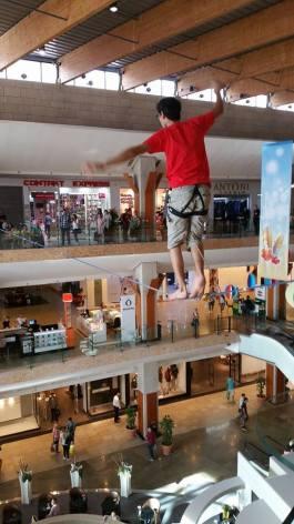 echilibristica la Iulius Mall highline Flaviu Cernescu si George Ciprian Lungu iulie 2015 (8)