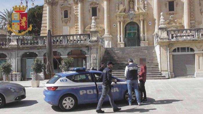 Noto, Gli agenti del commissariato di Polizia arresta un uomo - Radio Una  Voce Vicina