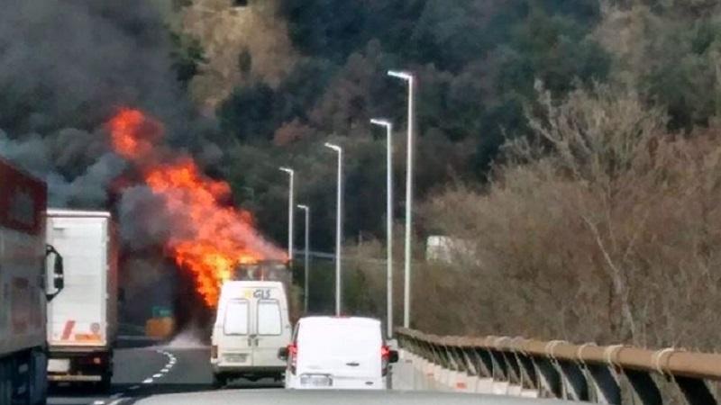 Autostrada  Catania – Siracusa. incendio autovettura per un corto circuito. traffico a rilento