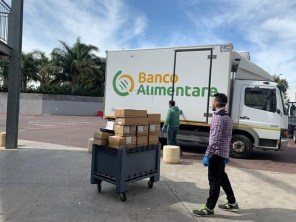 CS_1 - Il furgone del Banco Alimentare mentre recupera generi alimentari