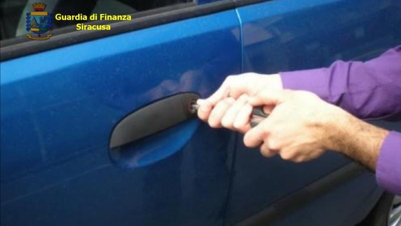 SIRACUSA, GUARDIA DI FINANZA:SORPRESO A RUBARE UN'AUTOVETTURA IN SOSTA. ARRESTATO.