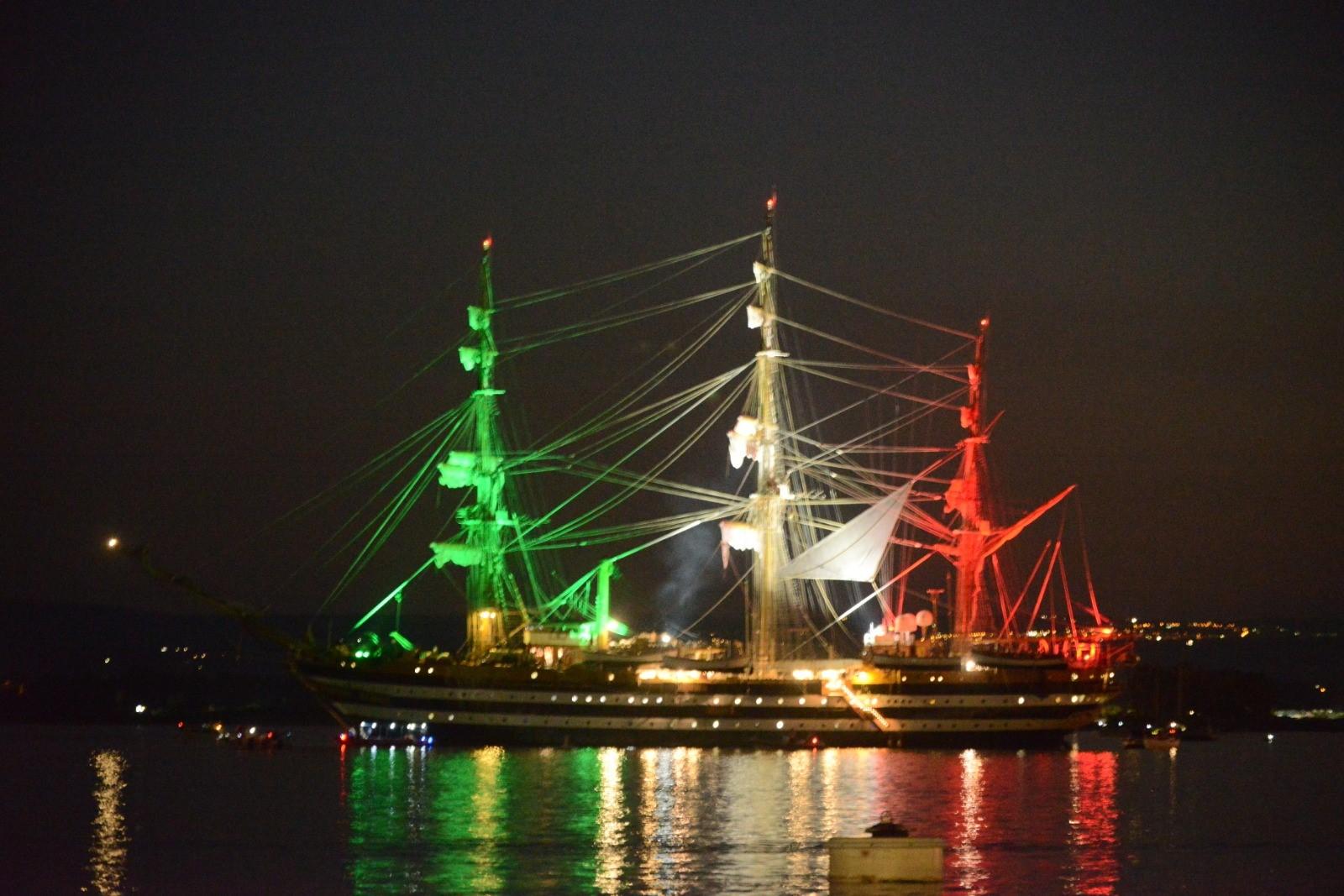 Siracusa, Il Tricolore dell' Amerigo Vespucci illumina il porto grande. Il  sindaco Italia: Grazie