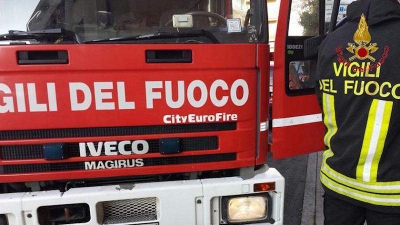 Fiamme a Lentini, incendio doloso danneggia un furgone Renault Kangoo