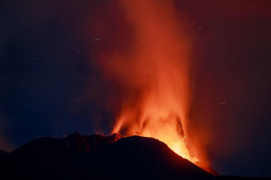 Nuova eruzione notturna, l'Etna continua a dare spettacolo