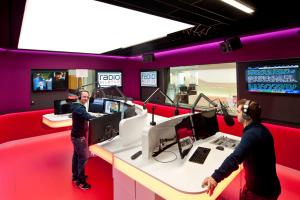 Maik Wisler (links) und Yanik Probst (rechts) im neuen Studio, Bild: Radio Pilatus