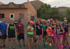 Last night's group run was an 80's themed adventure on some lovely single track trails. Then @samiam3075 's Molly the Poodle had a paw mishap  buuut with CrossFit girls & OCR couple Marisa & James in our group, we got her back to safety! #trailjunkie #trailrunningvegas #crossfitgirls. .Group photo: @rebeccarunstrails [instagram]