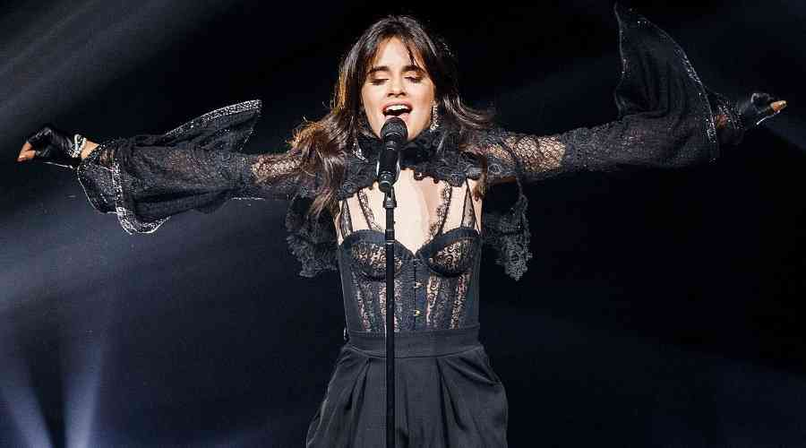 Camila Cabello konserinde sürpriz yaptı.