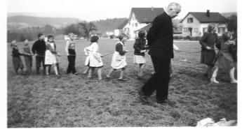 Glockenaufzug mit Pfarrer Boesch 1956
