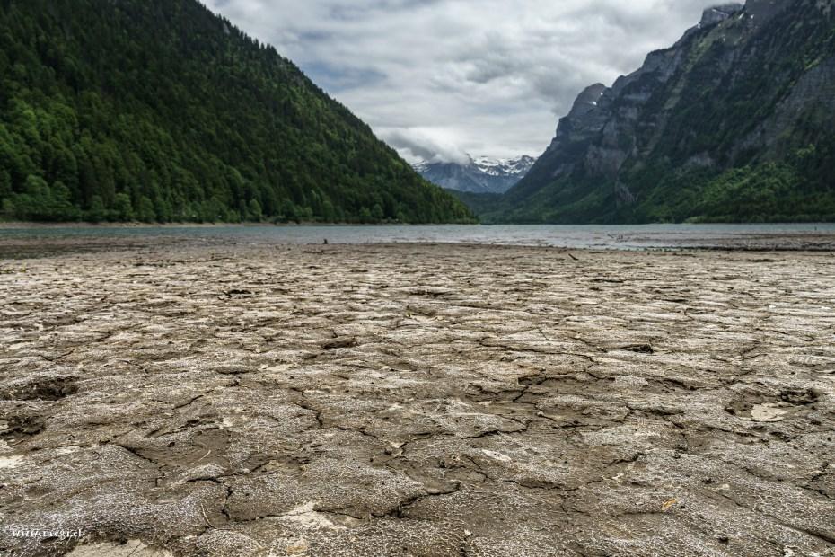 Wenig Wasser im Klöntalersee