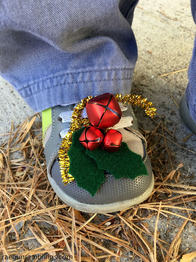 How cute turn regular shoes into jingle bell holly shoes for Christmas. Full tutorial and free pattern.