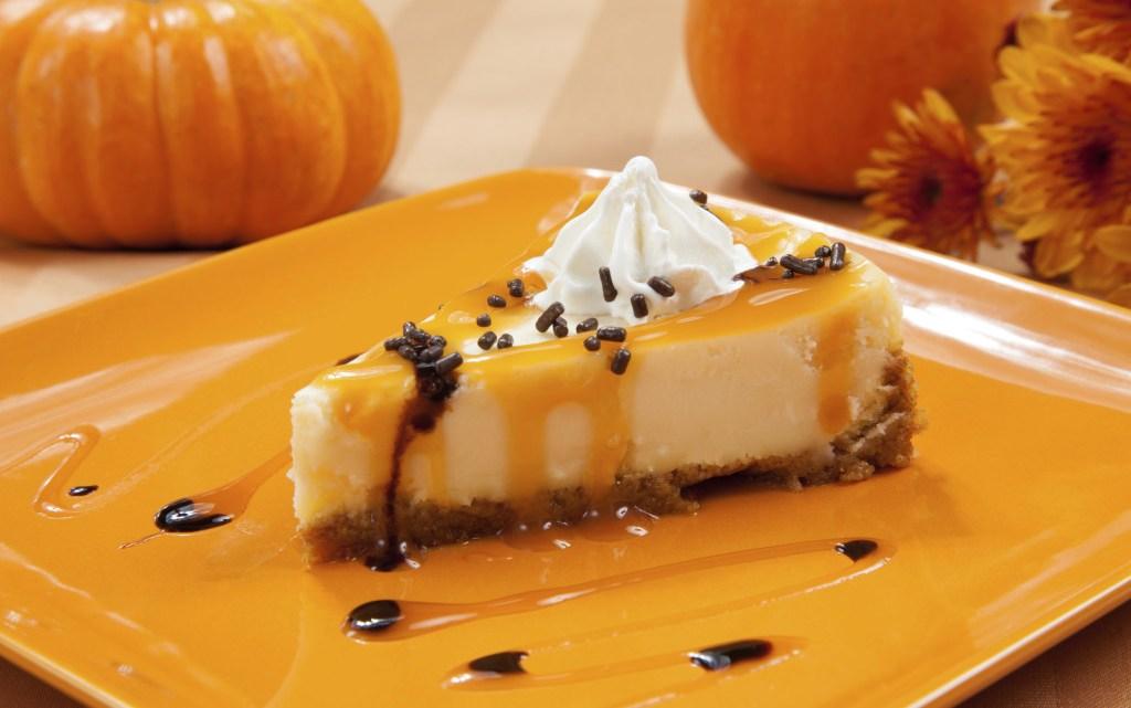 Per Halloween coccoliamoci con il cheesecake alla zucca