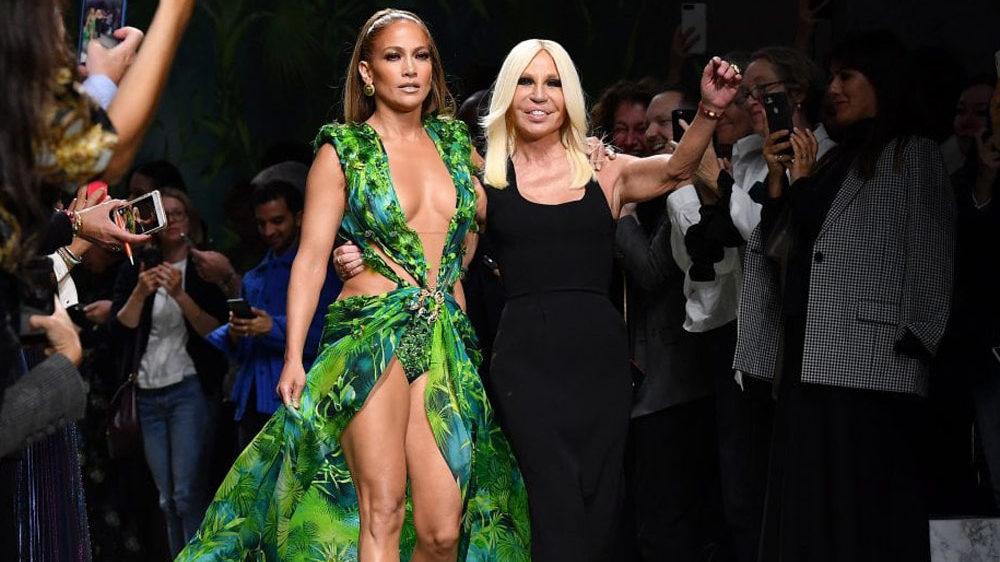 Jennifer Lopez chiude la sfilata di Versace