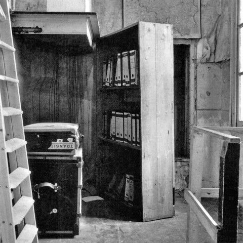 Vchod do úkrytu maskovaný skříní