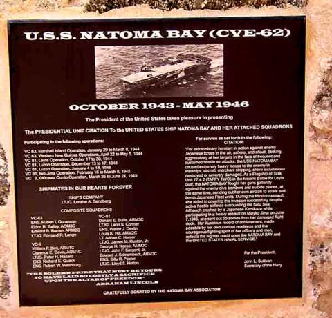 Pamětní deska letadlové lodi U.S.S. Natoma Bay, James Leininger-Huston, jednoznačně dokázaný případ reinkarnace.