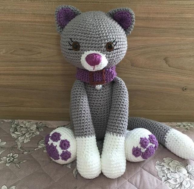 Uma gatinha cheia de charme. Feita com fio 100% algodão. Tamanho aproximadamente 30 cm.