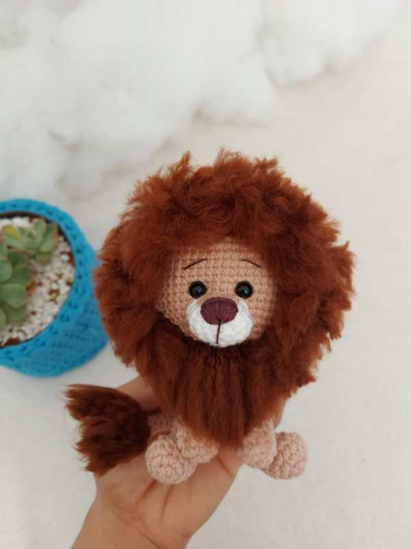 Leão Amigurumi Baby Marrom Na Mão