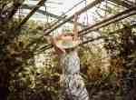 Braut im Gewächshaus