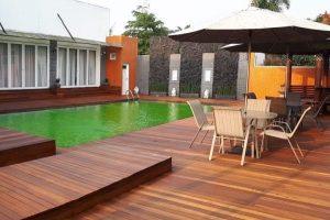 pemasangan lantai kayu decking samping kolam renang