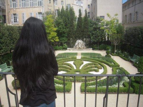 jardin aix en provence femme de dos avec longue chevelure
