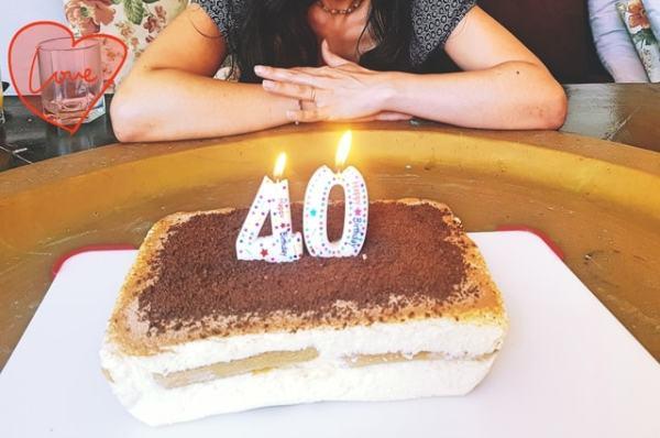 40 ans bougies allumées gâteau d'anniversaire tiramisu